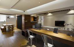工作台設計在客廳空間中,中央運用水泥牆來做為界定