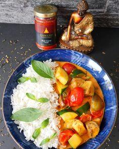 #Buddhabowl mit RED CURRY CHICKEN - wer will?  R E Z E P T  ZUTATEN:  250 g Hühnchen  Zucchini (oder anderes beliebiges Gemüse)  Chili (nach Geschmack)  6 Cherrytomaten  2-3 TL Chok Chai - #RedCurryPaste  300 ml Kokosmilch  1/2  EL Fischsauce  1 EL Sojasauce  1 EL Austernsauce  1 TL Zucker  250 g Jasmin Reis  7-8 Blätter frischer Thai Basilikum Horapa (aus einem gut sortierten Asia Shop) .  Vorbereitung:   Das Fleisch und das Gemüse mundgerechte Stücke schneiden.  Zubereitung: 1 Die Chok… Red Curry Chicken, Buddha Bowl, Cobb Salad, Zucchini, Chili, Food, Soy Sauce, Coconut Milk, Tomatoes