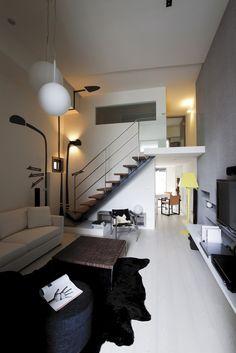 輕鬆的自然氛圍 善用挑高四米二的空間優勢,一樓為公共區域,二樓則是兩間臥房,牆面利用灰色壁紙大面積鋪陳電視主牆,另外的壁面則是米色調,並在登上樓梯的牆面貼上趣味圖騰,增加生活中的樂趣想像,樓梯本身則是以鐵件加木頭的方式組成,呼應空間的簡單放鬆氛圍。(瑋奕國際設計)