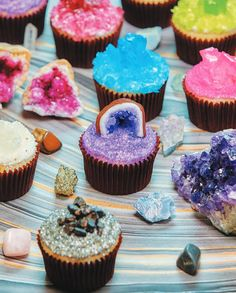 Geode cupcakes tutorial by Rosanna Pansino: The Nerdy Nummies Cookbook: Sweet Treats for the Geek in All of Us. Mini Cupcakes, Cupcake Cakes, Nerd Cupcakes, Cup Cakes, Cupcake Recipes, Dessert Recipes, Crystal Cupcakes, Crystal Cake, Geode Cake