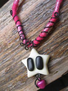 Collana con stella fluorescente in fimo, campanellino e decorazioni in wire