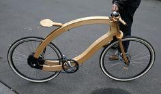 Matthias Broda, người phát minh và thiết kế chiếc xe đạp điện tử bằng gỗ, đứng cạnh nguyên mẫu của mình trên đường phố ở Berlin, Đức. Những xe đạp điện bằng gỗ do công ty Đức Aceteam sản xuất sẽ được tung ra thị trường vào mùa xuân năm 2015 với giá 4,950 USD.