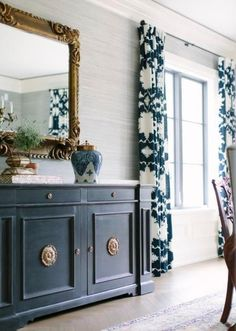 Great Blue and white dining room. I love the horizontally textured walls, as well as their color. The post Blue and white dining room. I love the horizontally textured wal… appeared first on Home Decor Designs . Dining Room Blue, Elegant Dining Room, Dining Room Design, Dining Room Furniture, Dining Room Drapes, Wall Paper Dining Room, Grasscloth Dining Room, Dining Room Sideboard, Classic Dining Room