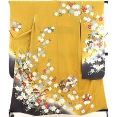 振袖(重ね衿付) 中古 ふりそで 辛子 ぼかし 白と水色の赤い華や松、菊の綺麗な柄【送料無料】 【中古】【リサイクル着物・リサイクルきもの・アンティーク着物・中古着物】【 広衿 】 <柄> 辛子色の地に、桜の花地文が所々に入っていて 袖や裾先は濃い灰と黄色のぼかしになっていて、全体に赤や白、水色をした大きなぼたんや桜の花、や扇や雪輪柄が入っています。 地も柄もとても綺麗な振袖着物です。  <シチュエーション> 豪華な袋帯などと合わせていかがでしょうか  <風合> 手縫いで、光沢感のある地に、スベスベしたやわらかい良い手触りの生地風合いです。  <状態>  使用感があり、シワがありますが特に目立つ汚れは無く状態良好ですので、お気軽にお召し頂けます。
