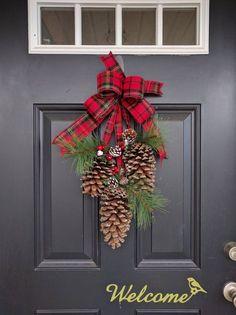 ¡Bienvenida a esta temporada de invierno con este botín de puerta clásico pino cono! Hecho con 3 conos de pino ENORME adornadas con imitación pino verde y racimos de bayas rojas y verdes colgando de la cinta de franela de cuadros festivo. Los conos de pino sonaban en tamaño entre 6-8 pulgadas de longitud. La longitud total del botín mide aproximadamente de 22 pulgadas. He incluido un lazo detrás del arco para colgar fácilmente. ¡Este botín es perfecto para decorar en el interior y hacia…