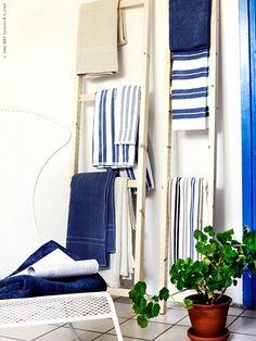 Hyllfavoriten IVAR har fler användningsområden än man först tror. Den trivs inte bara som förvaringsmöbel till skafferiet eller källaren - utan funkar även perfekt att hänga plädar och handdukar på när badsäsongen anländer med stormsteg.