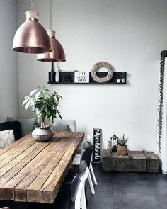 In Love with Copper! Die coolen Pendelleuchten in Kupfer passen perfekt zum rustikalen Esstisch aus Holz. // Lampe Pendellampe Kupfer Esszimmer Wohnzimmer Vintage Industrial Retro @kijkje_in_ons_huis
