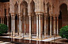 La Alhambra, Columnas de galgo, conocidas así las columnas de los salones y edificios del arte nazarí, utilizadas por primera vez en este monumento. Estilizada de fuste cilíndrico con collarinos de decoración geométrica, con capitel de tronco cónico y con numerosa y variada decoración, igualmente, geométrica. Granada, Spain, Google, Home, Islamic Art, Columns, Buildings, First Time, Lounges