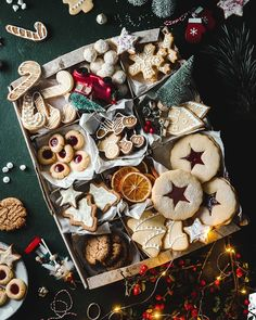 Christmas cookie box Anja Burgar | Food Photography (@useyournoodles) • Instagram photos and videos No Cook Desserts, Best Dessert Recipes, Christmas Desserts, Christmas Cookies, Christmas Tree, Holiday Foods, Christmas Baking, Christmas Recipes, Halloween Cookie Recipes