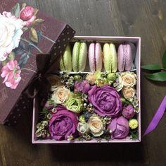 Красивая коробочка с композицией из живых цветов и свежайшими макаронс от студии «Марципан» — настоящий вау-подарок. Ваш сладкий букет обязательно выделится среди других. Цвет композиции может быть изменён по вашему желанию.