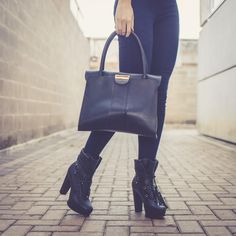 Nenhum guarda-roupas escapa de ter uma bolsa e uma bota pretas no inverno! Novidades no shop, acesse já! shop.miezko.com