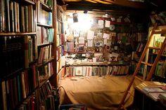 Para os amantes de leitura, Paris tem uma lugar no mínimo peculiar... #Paris #books #Shakespeare #aquelelugar