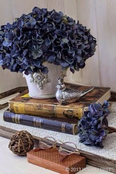 Use faux flowers and vintage books to make a beautiful side table display. Use faux flowers and vint Vintage Books, Vintage Decor, Country Decor, Farmhouse Decor, Hortensia Hydrangea, Hydrangeas, Vibeke Design, Deco Floral, Faux Flowers