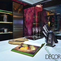 Atraente e elegante, composição do ambiente The Black Swan – Cozinha Vitrine, assinado pelos arquitetos Alexandre Grivicich e Isabel Macedo para a Casa Cor RS, recebe cores sóbrias e marcantes.