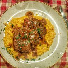 Os pratos típicos de Milão de uma vez só! Ossobuco e Risoto milanese. Aprovadíssimo e recomendamos! 😋👌#piacereitalia #milano #milao #italia #italy #tavernadelborgoantico