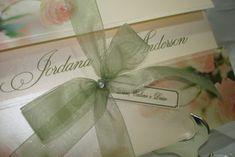 Convite de Casamento no cintilante pérola, parte externa estampado de floral com apliques de strass com amarril   * PREÇO UNITÁRIO ESTIPULADO PARA PEDIDO DE 100 UNIDS.  >OPCIONAIS  - Tags Simples personalizada com os nomes de convidados +R$0,50 /unid.  -Tags c/ moldura com os nomes de conviddos + R$0,80 / und.  - Embalagem de plástico transparente + R$ 0,50  - Mini card + R$ 60,00 até 300 unids.   Entrega para todo o Brasil R$ 11,90