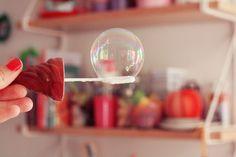 Recette des bulles de savon : 2 volumes d'eau, 1 volume de produit à vaisselle, 1/2 volume de sucre, 1 cuil. à café de Maïzena.
