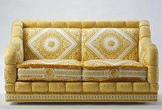 Structure perimeter in solid gold jacquard fabric with gold cords and printed duchesse panel pattern white/gold. Size for two seats cm, size for three seats cm. Versace Furniture, Sofa Furniture, Luxury Furniture, Furniture Ideas, Curtain Box, Versace Home, Classic Sofa, Gift Bows, Bath Linens