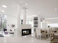 This fireplace separates the living room and the kitchen, while LEDs light up every corner of this beautiful house. Takka jakaa olohuoneen ja keittiön eri tiloihin. LED-valaistus valaisee joka kulman tästä tilasta.