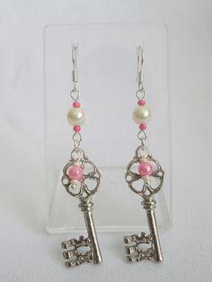Aretes Llaves de baúl rosa  Materiales: Herrajes niquelados, perlas, mostacilla checa  Valor: $8.000