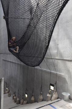 Hırvat-Avusturyalı tasarım topluluğu numen/for use,OK Çağdaş Sanat Merkezi'ninsergi salonu için, içinde oturulabilir ve tırmanabilir grift bir ağdan oluşan bir heykel tasarladı. Net/Linz adını ta...