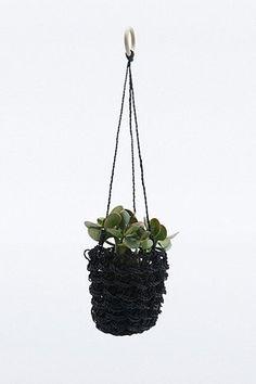 Gewebter Blumentopf zum Aufhängen in Schwarz - Urban Outfitters