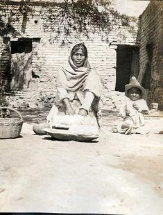 """Preparando la masa para """"echar"""" tortillas. 1905"""