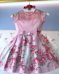 Vestido de princesa rodado, bordado e com uma estampa impecável! 😱✨🌸 _______________________________________________________ • VALOR: 6x se R$91,65 | • TAMANHOS: 2, 4 e 6 anos!  _______________________________________________________ 🛍 Para compras (Somente varejo): 📱 (62) 98225-6145 📱 (62) 98149-9926 ☎️ Loja física: (62) 3922-0052 _______________________________________________________ OBSERVAÇÕES IMPORTANTES: • Consultar disponibilidade de tamanhos pelo WhatsApp; • Parcelamos em até… Baby Girl Party Dresses, Little Girl Outfits, Little Girl Dresses, Kids Outfits, Girls Dresses, Flower Girl Dresses, Baby Dress Design, Frock Design, Kids Frocks