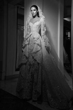 فستان عرس مكشوف الاكتاف مع الاكمام الطويلة من زهير مراد