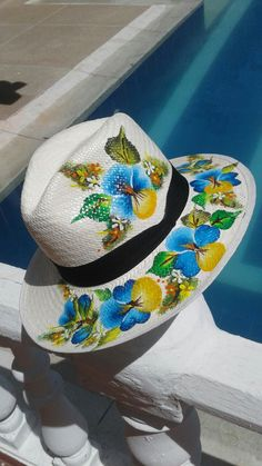 Me encantan Painted Hats, Painted Clothes, Fancy Hats, Cute Hats, Mix Match Outfits, Diy Hat, Thread Art, Red Hats, Fabric Painting
