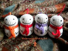 Crocheted by AmigurumisFanClub. Free pattern by  Jill Watt !!!  http://www.dappertoad.com/2011/12/free-mini-snowman-crochet-pattern.html