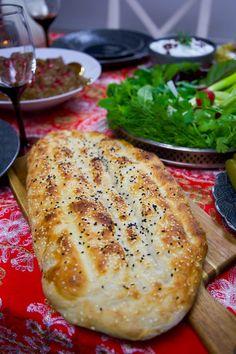 Berberibröd är en storsäljare i de bagerier som erbjuder detta fantastiska bröd. En härligt bröd med en frasig skorpa och mjukt inkråm. Zeina, Sandwich Cake, Swedish Recipes, Naan, Ciabatta, Cookie Desserts, Bread Baking, Bread Recipes, Holiday Recipes