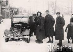 1945-1946, Wrocław, Polska.  Polscy żołnierze stojący obok samochodu z rejestracją DW 1328.  Fot. Tadeusz Olszewski, zbiory Ośrodka KARTA, udostępniła Anna Olszewska