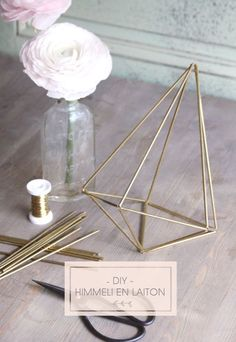 DiY brass Himmeli (Do this except with straws or stir sticks, then spray paint the final shape.) DiY brass Himmeli (Do this except with straws or stir sticks, then spray paint the final shape. Diy Design, Ideas Decorar Habitacion, Art Diy, Geometric Decor, Plant Holders, Diy Projects To Try, Diy Wedding, Diy Home Decor, Diy And Crafts