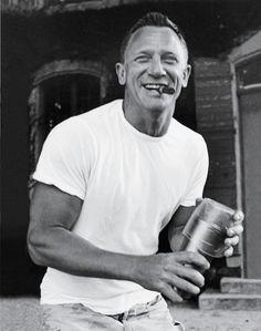 James Bond Daniel Craig with a cigar and improvised cocktail shaker Daniel Craig, Craig 007, Craig Bond, Craig James, Artiste Martial, Estilo James Bond, Famous Cigars, Cigar Men, Cigars And Whiskey