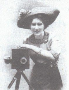 That's what she said: inventing the movies -->ALICE GUY BLACHE by Alice-Guy Jr.: Alice Guy et son Kinora inventing the movies 1896
