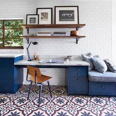 Home office inspo com marcenaria azul e um piso super charmoso {Projeto Pamela Shamshiri}