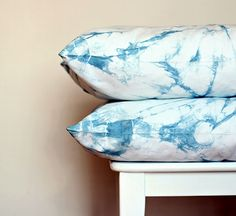 What You'll Be CreatingLearn how to make your own gorgeous pillow cases by using a shibori technique and indigo blue dye. Just upcycle an old set of white bed linen and add a touch of indigo. Fabric Yarn, How To Dye Fabric, Dyeing Fabric, Shibori, Diy Pillows, Throw Pillows, Spiral Pattern, Living Room Colors, Diy Tutorial