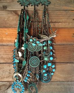 With beaded jewelry you can make your own customizable jewelry that is completely unique and fitting to your exact style. Making beaded jewelry is not very difficult and can, in fact, be a lot of fun. Moda Hippie Chic, Hippy Chic, Hippie Style, Hippie Boho, Boho Style, Boho Chic, Bohemian Jewelry, Vintage Jewelry, Vintage Turquoise Jewelry