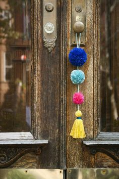 DIY Summer Pom-Pom Doorknob Garland (Design*Sponge) There's a small, colorful town in Mexico called Sayulita that's known for its beautiful beaches and great surfing. I was eager to explore the bordering towns while staying in Nuevo Vallarta, Mexico fo Yarn Crafts, Diy And Crafts, Crafts For Kids, Arts And Crafts, Crafts With Wool, Adult Crafts, Decor Crafts, Home Decor, Craft Projects
