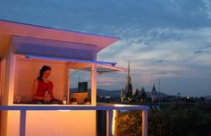 Einmal pro Woche werden die Gäste der Atmosphere Rooftop Bar von einem Live-DJ mit feinsten Housebeats verwöhnt! #sounds #vienna Client, Direction, Bar, Marina Bay Sands, Live, Building, Outdoor Decor, Vienna, Home Decor