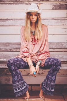 Check Out Boho Hippie Style Clothing. Bohemian clothing or boho clothing for short is called as hippie clothing is because of the fact that is very similar to street clothing. Boho Hippie, Look Hippie Chic, Modern Hippie Style, Gypsy Style, Boho Gypsy, Modern Hippie Fashion, Hippie Masa, Hippie Style Clothing, Hippie Outfits
