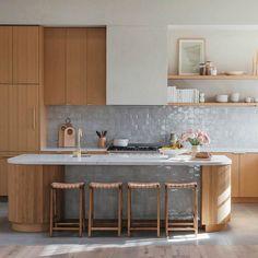 Modern Kitchen Backsplash, Modern Kitchen Design, Open Concept Kitchen, Concept Kitchens, Mid Century Modern Kitchen, Cuisines Design, Mid Century House, Kitchen Lighting, Home Kitchens