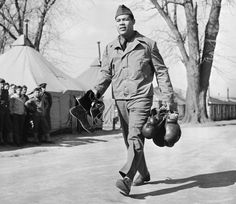 Joe Louis Heavyweight champion Joe Louis enlisted in the US Army in 1942 at Camp Upton on Long Island, NY. Sugar Ray Robinson, African American Heroes, American Girl, Mayweather Vs Mcgregor, Famous Veterans, Boxing History, Joe Louis, Boxing Champions, Boxing Quotes