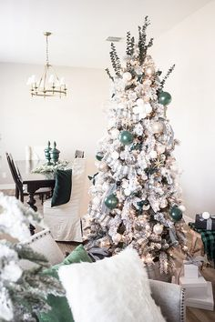 Looking for some hunter green christmas decorations and Christmas tree ideas? Just Destiny has decorated her tree with this years must have color. Shabby Chic Pink, Shabby Chic Kranz, Classy Christmas, Green Christmas, Winter Christmas, Natural Christmas, Minimal Christmas, Scandinavian Christmas, Christmas Christmas