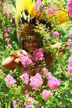 No meio das flores , em torno de mim , me cerco de beleza e me confundo com elas , não não sou modesta , sou sim ciente de mim mesma , e daí , todas deveriam ser também , é o que acho. <br /> <br /> <br />Texto e foto Simone Barbosa Coutinho <br />Ensaio : Musas do Carnaval 2016 <br />Musa ; Diana Prado <br />Makeup : Bia Bia Bermúdez