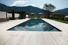 Black swimming pool x Timber Deck Edging Swimming Pool Decks, Swimming Pool Designs, Wooden Pool, Wooden Decks, Moderne Pools, Concrete Pool, Timber Deck, Custom Pools, Pool Landscaping