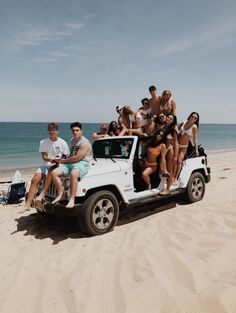 White Jeep on a beach Cute Friend Pictures, Best Friend Pictures, Friend Pics, Bff Pics, Summer Feeling, Summer Vibes, Cute Friends, Best Friends, Group Of Friends