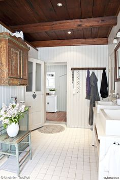 Bathroom with vintage furniture and dark ceiling. Cabin Bathrooms, Dream Bathrooms, Beautiful Bathrooms, Dark Ceiling, Bathroom Toilets, Retro Home, Cottage Style, My Dream Home, Decorating Your Home