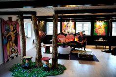Morten og Jims fantasifulde indretnnger følger ikke med gården, men det gør bl.a. de flotte fritlagte bjælker. Foto. Carsten Andreasen